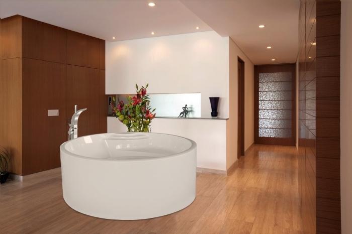 amenagement salle de bain, déco moderne avec éclairage led et finitions en bois, modèle de baignoire blanche et ronde