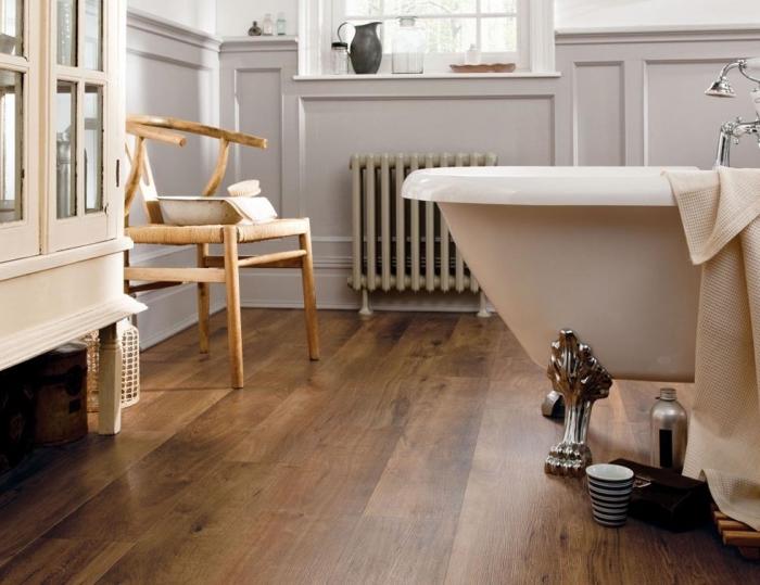 salle de bain avec parquet, meubles de bain style vintage en bois, chaise en bois et armoire en bois et verre clair