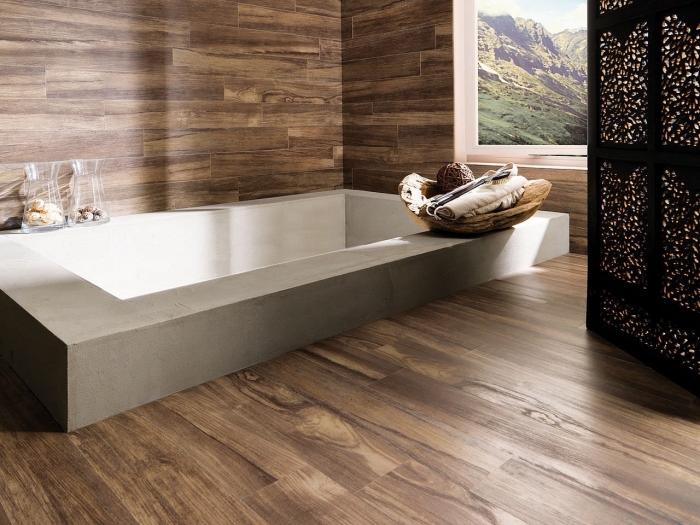 revetement salle de bain, déco pièce humide avec revêtement des murs et de sol en bois, modèle de baignoire rectangulaire en béton