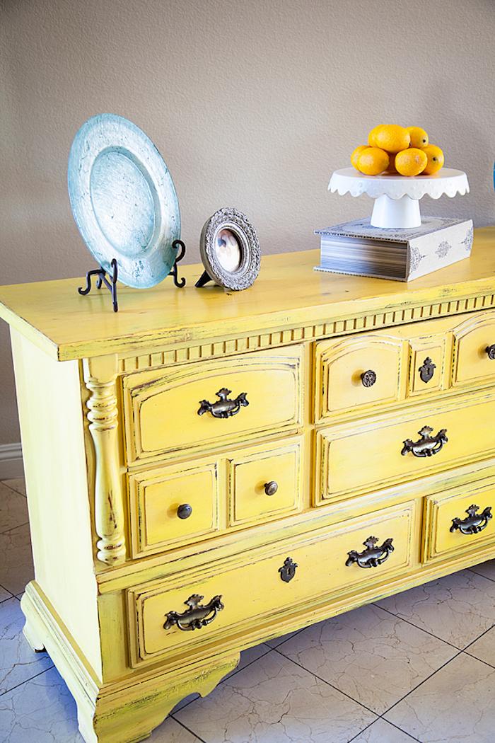 comment patiner un meuble, peinture jaune et ponçage de papier de verre pour un aspect vieilli, vintage
