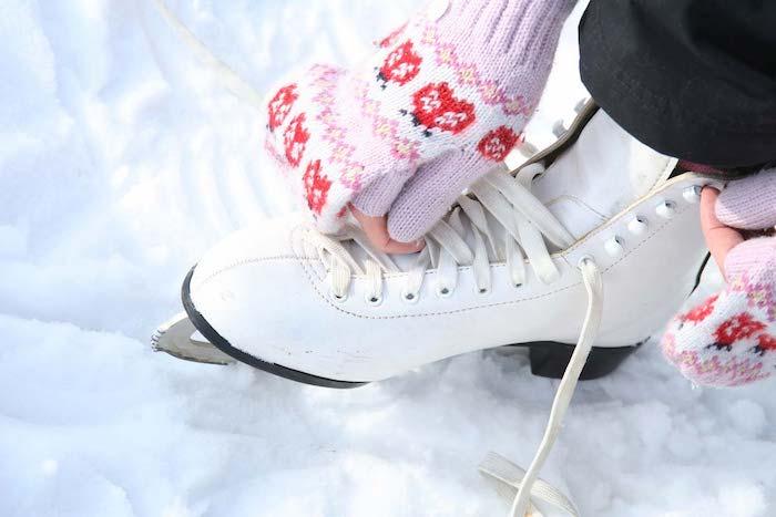 patins à glace blancs, design classique, idée cadeau noel ado fille qui aime la patinage, gants en rouge, rose et blanc