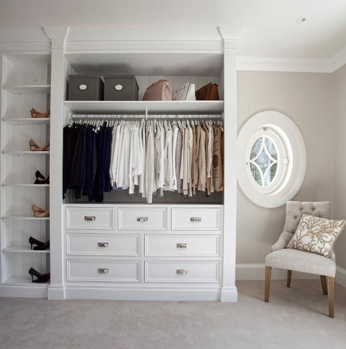 peinture couleur ficelle dans une chambre à coucher simple, dressing ouvert avec tiroirs et rangement chaussures, chaise grise