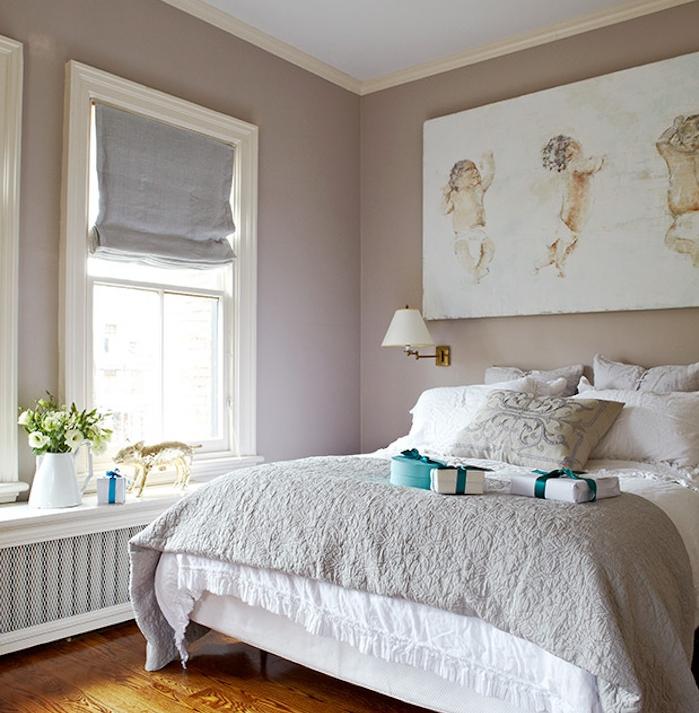 chambre à coucher murs taupe couleur, linge de lit gris et blanc, parquet clair, fleurs fraiches dans un vase, panneau décoratif blanc, dessin bébés