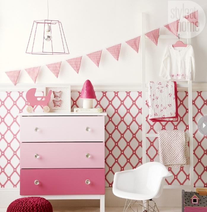 repeindre un meuble à effet ombré, peinture couleur rose, amenagement chambre enfant fille, en rose et blanc, ambiance cocooning