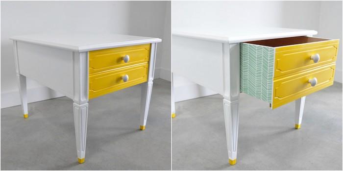 exemple de peinture pour meuble couleur jaune pour la facade des tiroirs d un meuble repeint en blanc, côtés tiroirs décorés de papier peint original