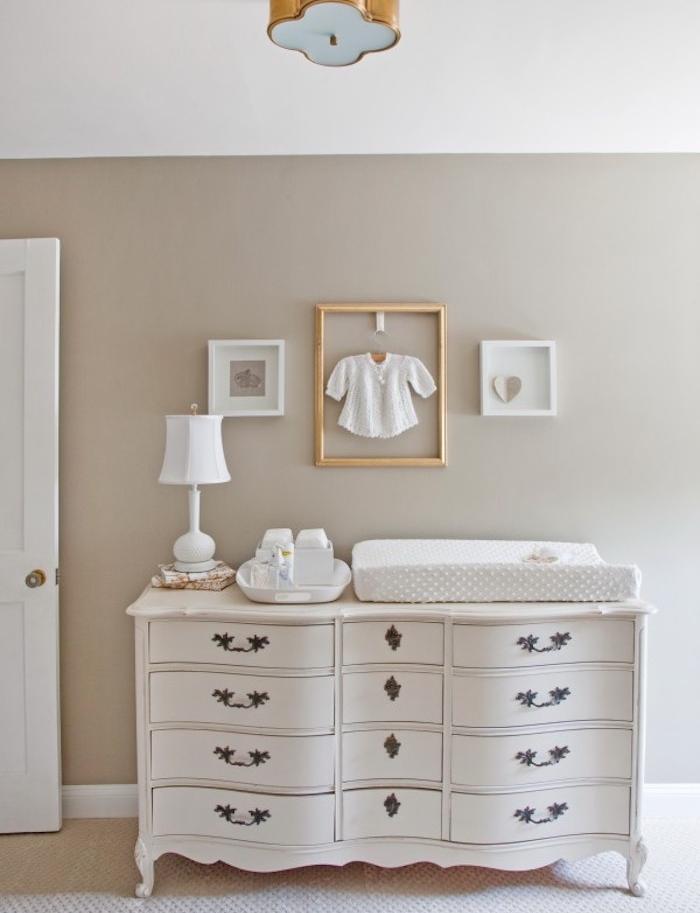 peinture couleur ficelle dans une chambre enfant avec mur gris, commode baroque blanc, vêtement enfant dans un cadre, tapis gris et blanc, accessoires deco blancs