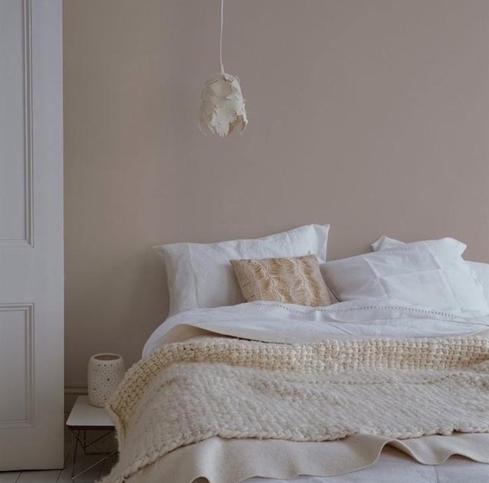 deco chambre a coucher couleur taupe sur les murs, linge de lit blanc et beige, suspension blanche originale