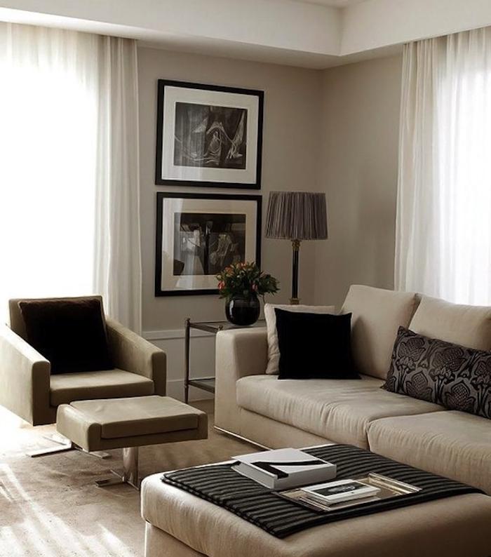 canapés, faauteui, tabouret table et peinture murale couleur grege avec accents noirs et rideaux blancs, deco murale de photos en noir et blanc