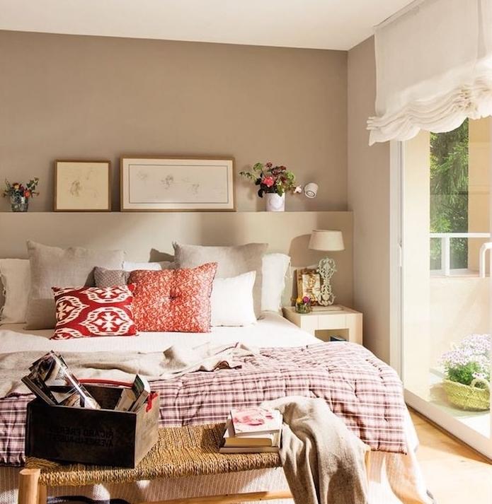 chambre à coucher peinture couleur ficelle, linge de lit blanc, gris, rouge et couverture en blanc et bordeaux, bout de lit diy, bouquets de fleurs