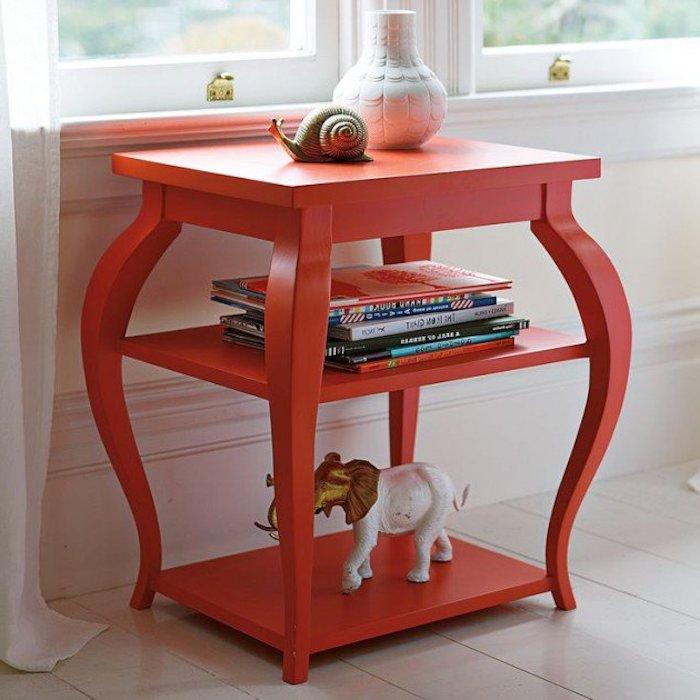 exemple de table d appoint repeinte en rouge, customiser meuble ancien, pile de livres, accessoires decoratifs