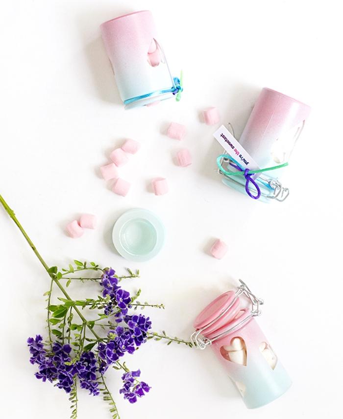 cadeau femme noel, pots en verre colorés en rose et bleu avec des guimauves a l interieur, cadeau gourmand