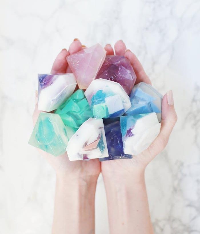 petits savons colorés en forme de diamant, pierre précieuse en blanc, violet, mauve, rose et bleu, cadeau de noel a fabriquer
