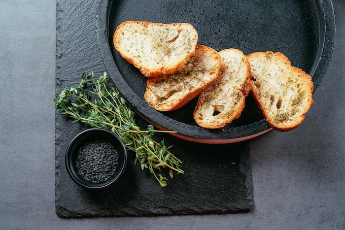 idee bruschetta maison aux herbes epices et huile d olive cuite au four, tartine pour houmous maison