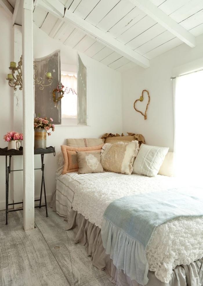 amenager comble, décoration de petite chambre à coucher sous plafond aux murs blancs et plancher en bois