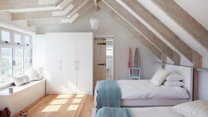 idee deco chambre mansardée, aménagement de pièce au grenier avec grandes fenêtres et deux lits