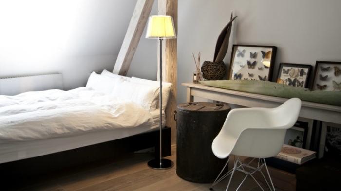 decoration d interieur, chambre à coucher au grenier avec charpente en bois et petit lit de cadre noir et blanc