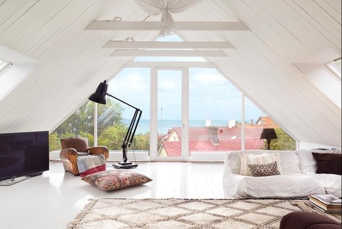 amenagement grenier, reconstruction des combles avec plancher et plafond en bois peint blanc, espace ouvert dans le salon blanc