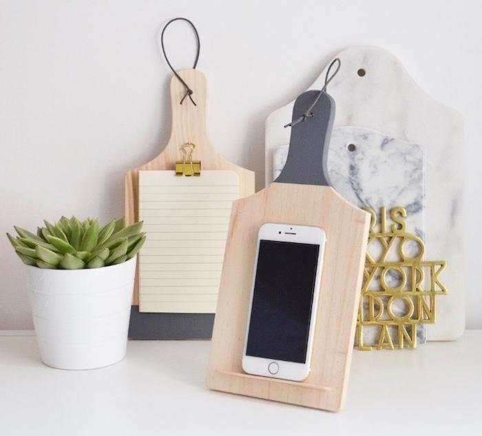 cadeau de noel a fabriquer planche à découper transformée en support smartphone et notes, succulents sur un pot de fleur