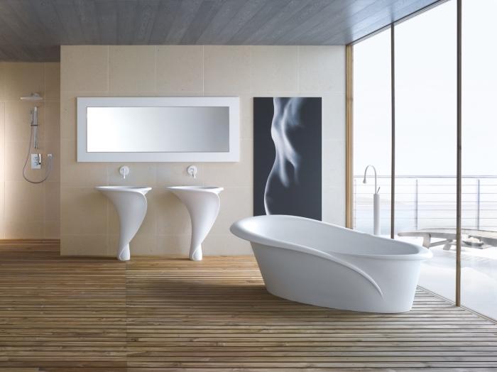 revetement sol, salle de bain moderne avec grande fenêtre et baignoire, carrelage de bain beige avec plafond en bois