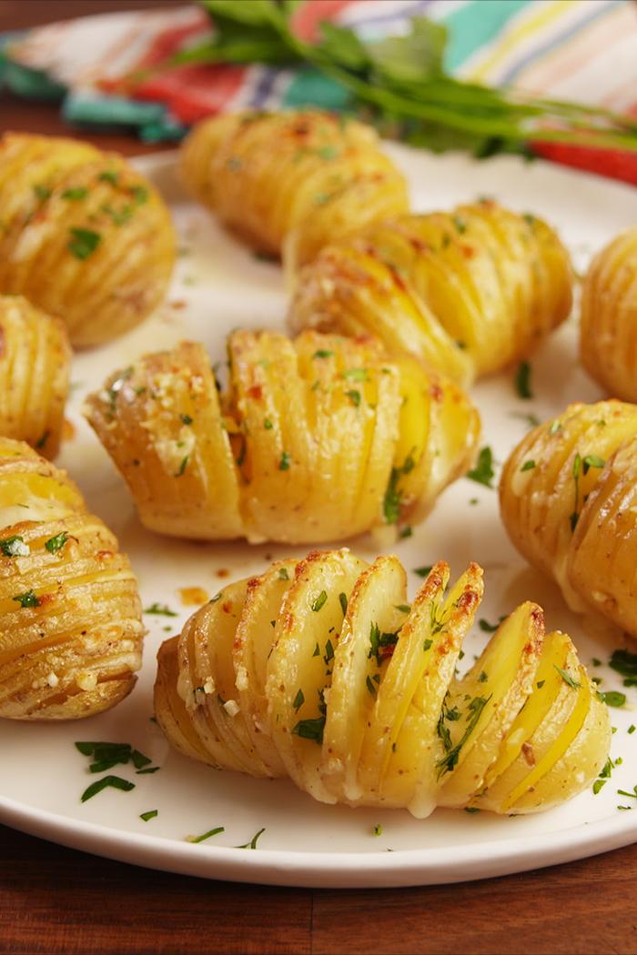 idée apéro rapide avec des pommes de terre rôties, recette classique de pommes de terre au beurre d'ail à la suédoise cuites au four