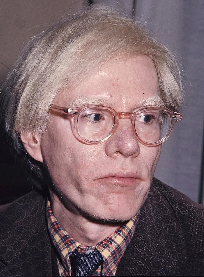 Andy Warhol pop art portrait photo dans ses années avancées avec lunettes hipster