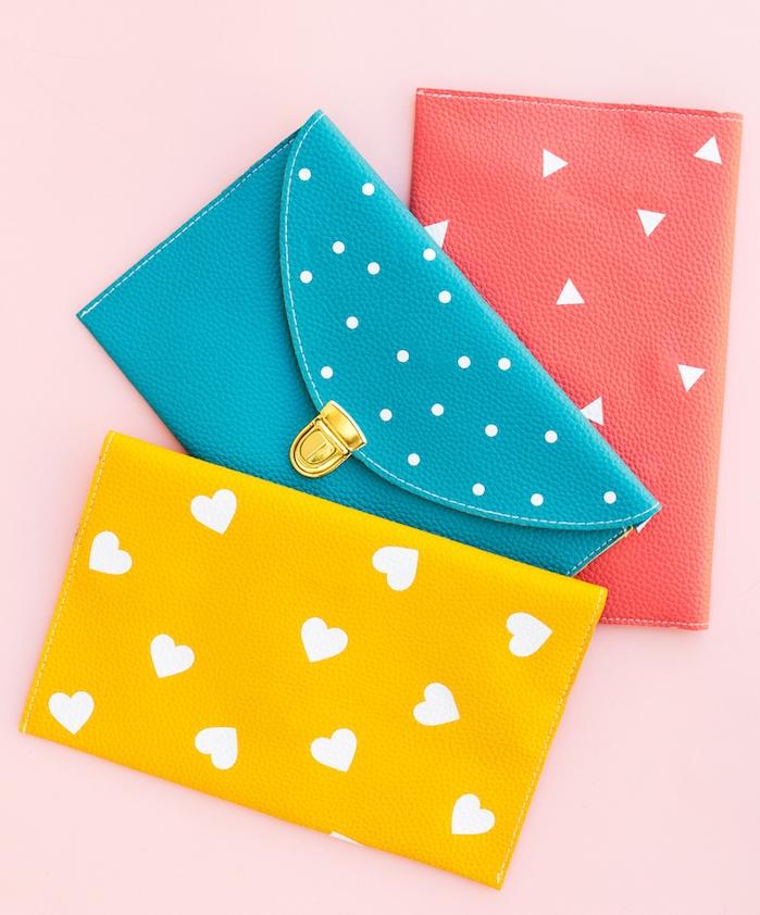 cadeau anniversaire femme et cadeau pour noel simple, porte monnaie rouge, bleu et jaune à motifs blancs, triangles, pois et coeurs