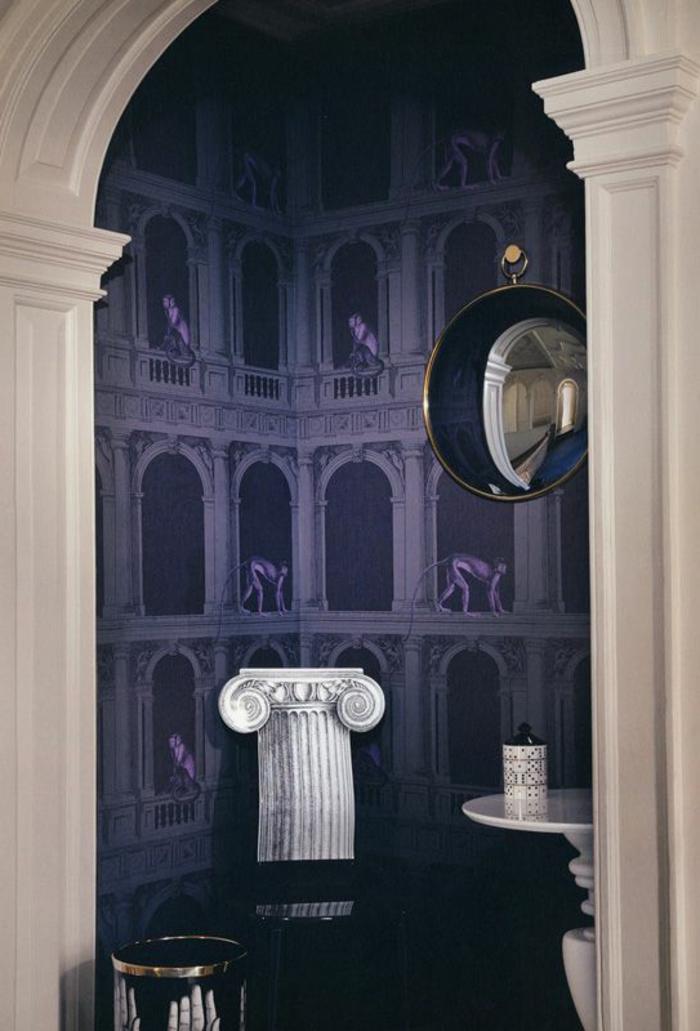 papier peint trompe l'oeil avec des colonnes en bleu et violet, arque en blanc, colonne en style grec, table blanche ronde, miroir sorcière en forme de pendule