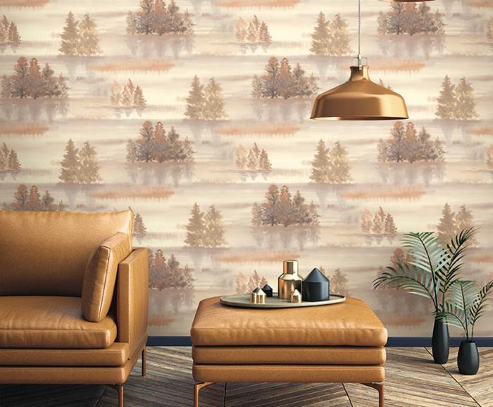 papier peint trompe l'oeil avec des motifs arbres dans une forêt au coucher de soleil en nuances beiges et marron, meubles en beige et faux cuir, lampadaire en couleur métal bronze,