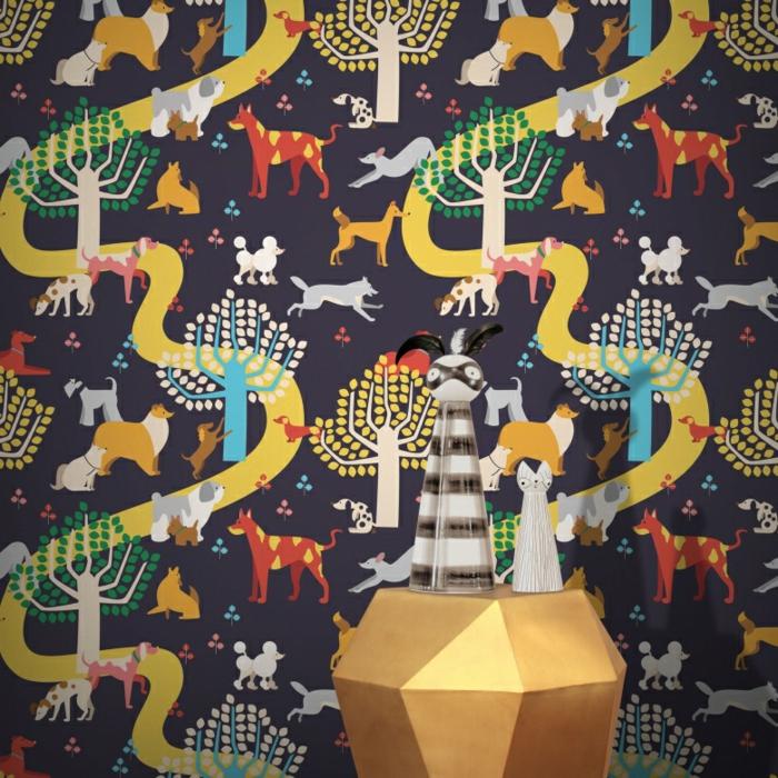 papier peint trompe l'oeil avec des animaux qui courent dans une forêt, meuble aux formes géométriques en couleur bronze, statuettes d'animaux décoratives