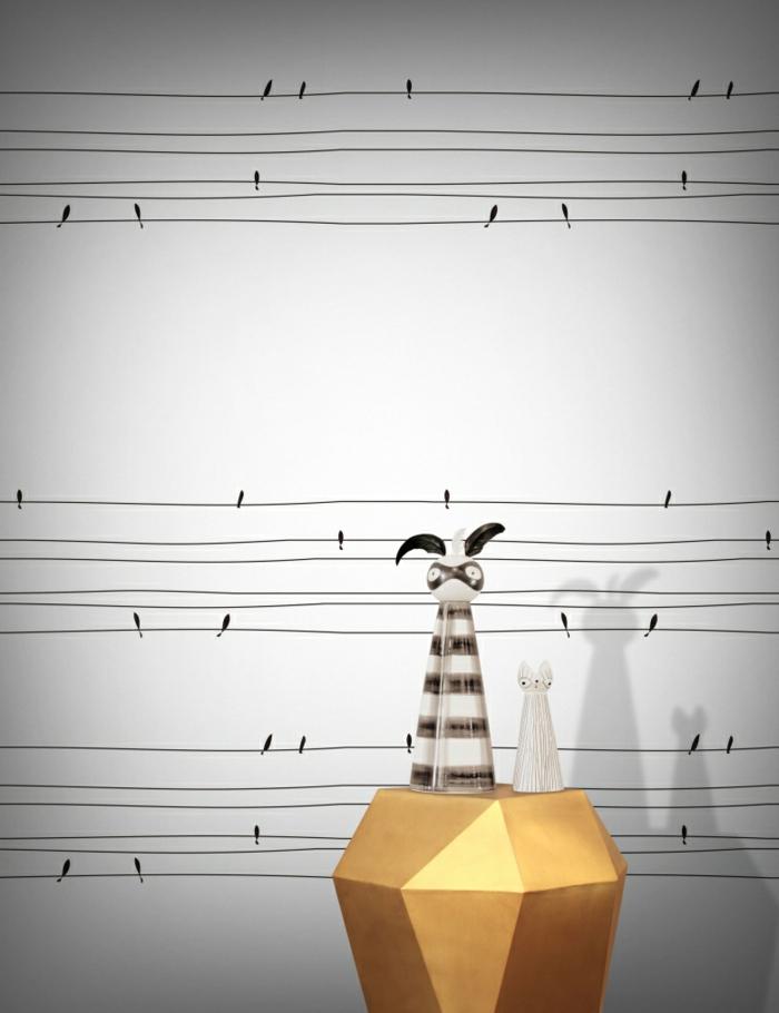 papier peint trompe l'oeil aux motifs oiseaux perchés sur des fils, couleurs noir e blanc, dans une entrée, meuble en couleur or