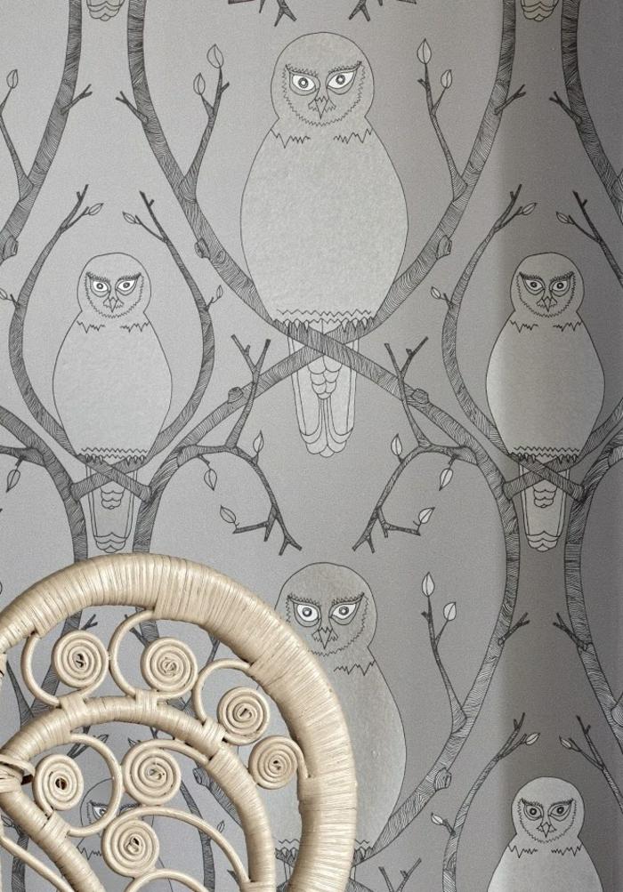 papier peint trompe l'oeil avec des hiboux en gris en nuances foncées et en nuances claires, chaise au dossier orné de spirales en couleur crème, ambiance reposante