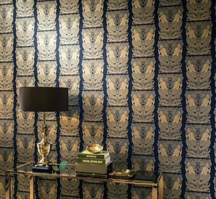 papier peint trompe l'oeil papier peint liberty sur les murs d'une entrée, avec des sirènes positionnées avec effet miroir, table d'entrée en verre trempé couleur fumée, lampadaire avec abat-jour tambour en couleur marron et base en métal couleur or