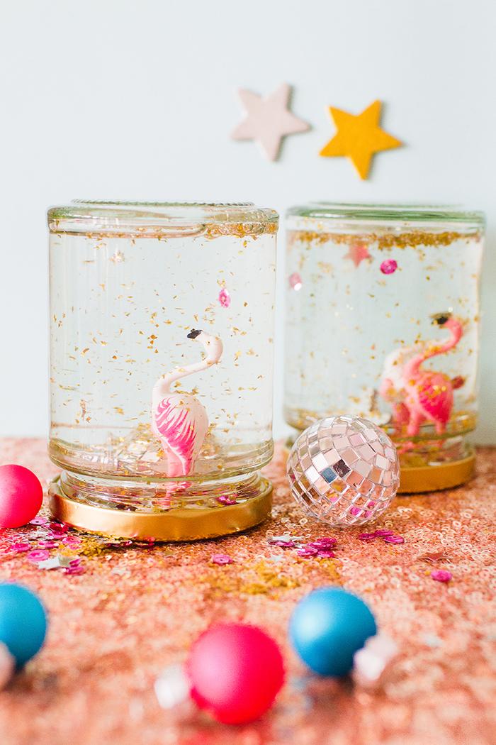 idée originale pour faire une bocal à neige scintillante à motif flamant rose pour décorer une table de mariage