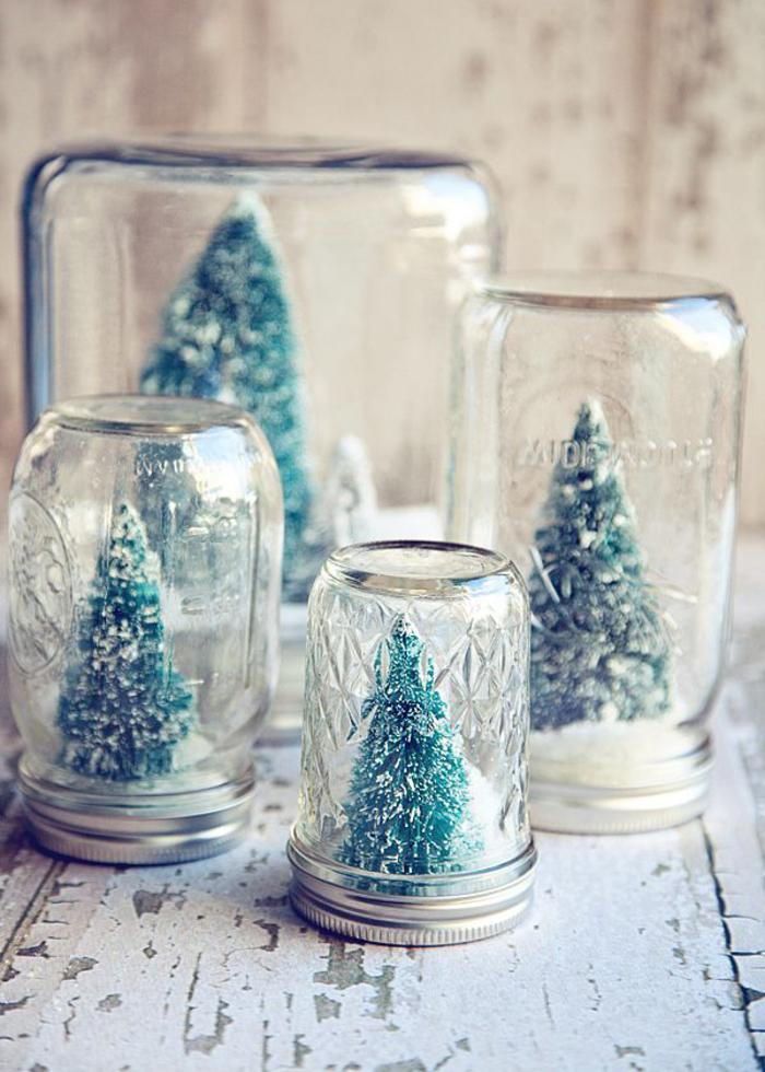 décorations de noël à faire soi-même à partir de bocaux en verre recyclés et des sapin décoratifs