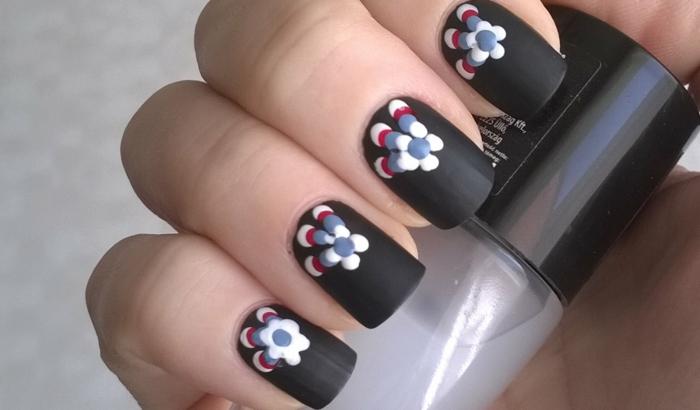 Admirable skill nail art mat le matte sur les ongles vernis effet mat noir et fleurs colorés