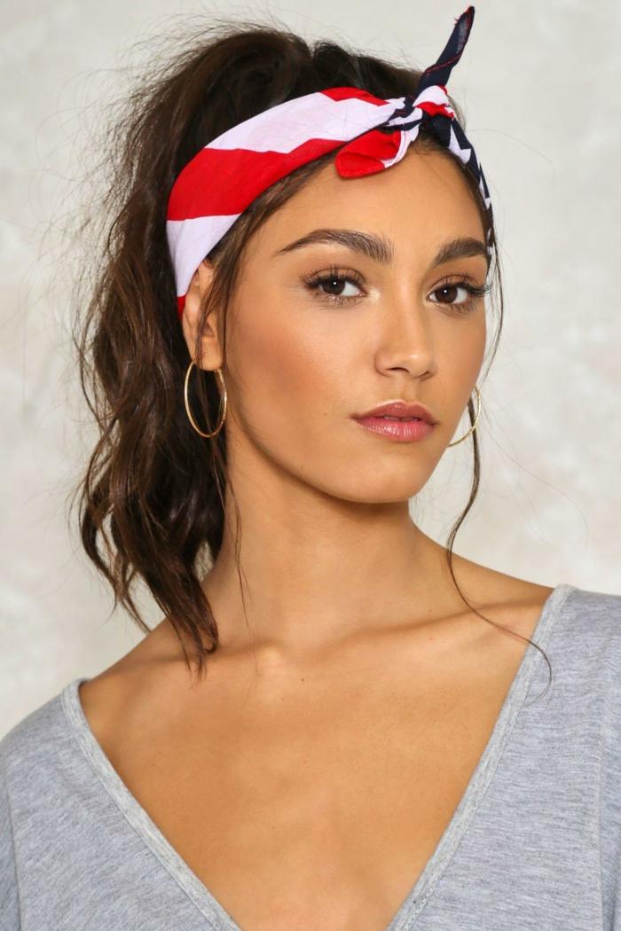 queue de cheval accessoirisé, bandana en rouge et blanc et ponytail haut