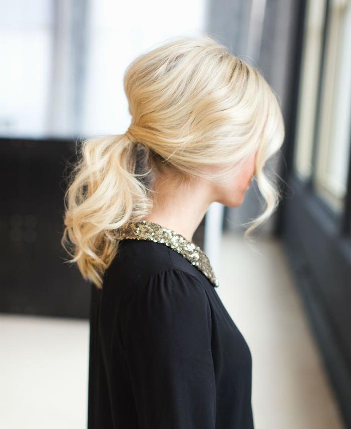 coiffure facile cheveux mi long, queue de cheval lache avec volume sur le dessus, robe noire avec col doré