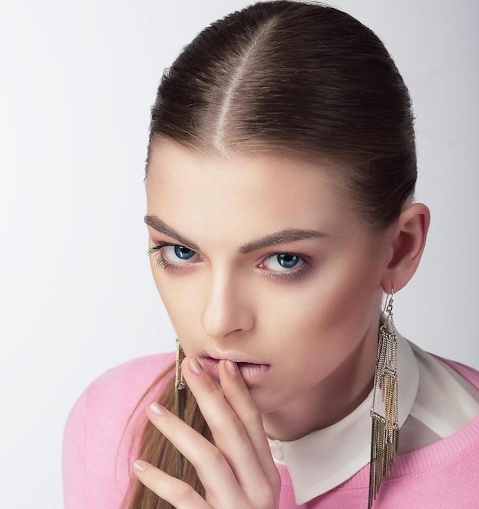 exemple comment faire une queue de cheval serrée, idée de coiffure simple pour noel combinée avec une tenue rose et blanc