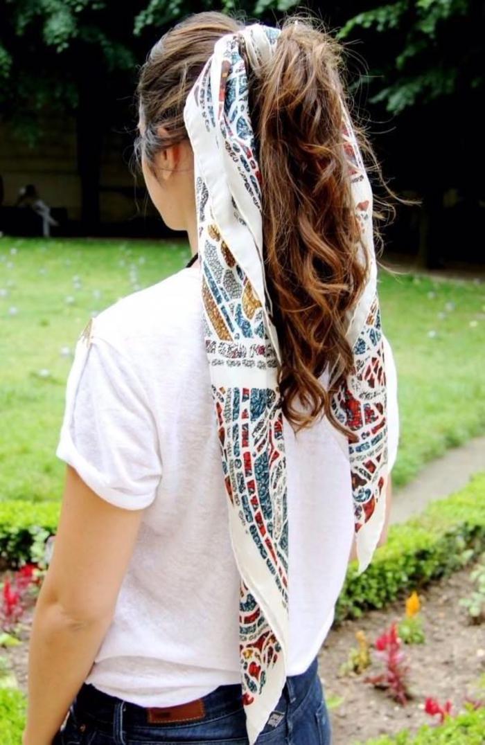 coiffure femme année 50 queue-de-cheval ondulée attachée avec un foulard pour un look décontracté en été