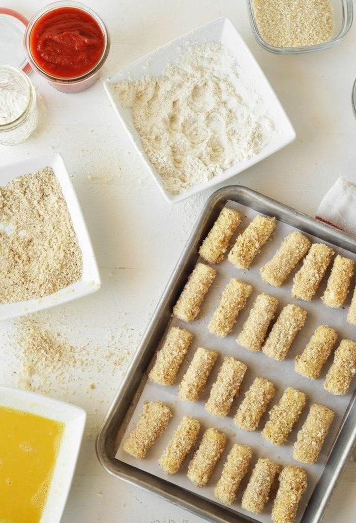 idée pour un apéro dinatoire rapide et classique de bâtonnets de mozzarella à la sauce marinara