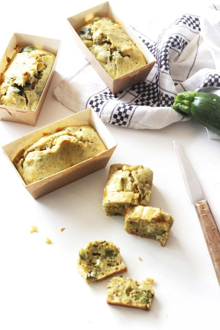 une idée apéro rapide et originale à base de fromage de chèvre, mini-gâteaux santé aux courgettes, sauce pesto et fromage
