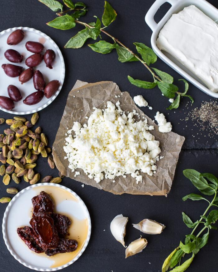 recette végétarienne rapide et saine de boules de fromage feta aux pistaches, aux tomates séchées et aux olives