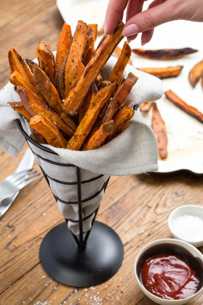 recette végétarienne rapide à grignoter de frites de patate douce préparées au four et servies dans un cornet original