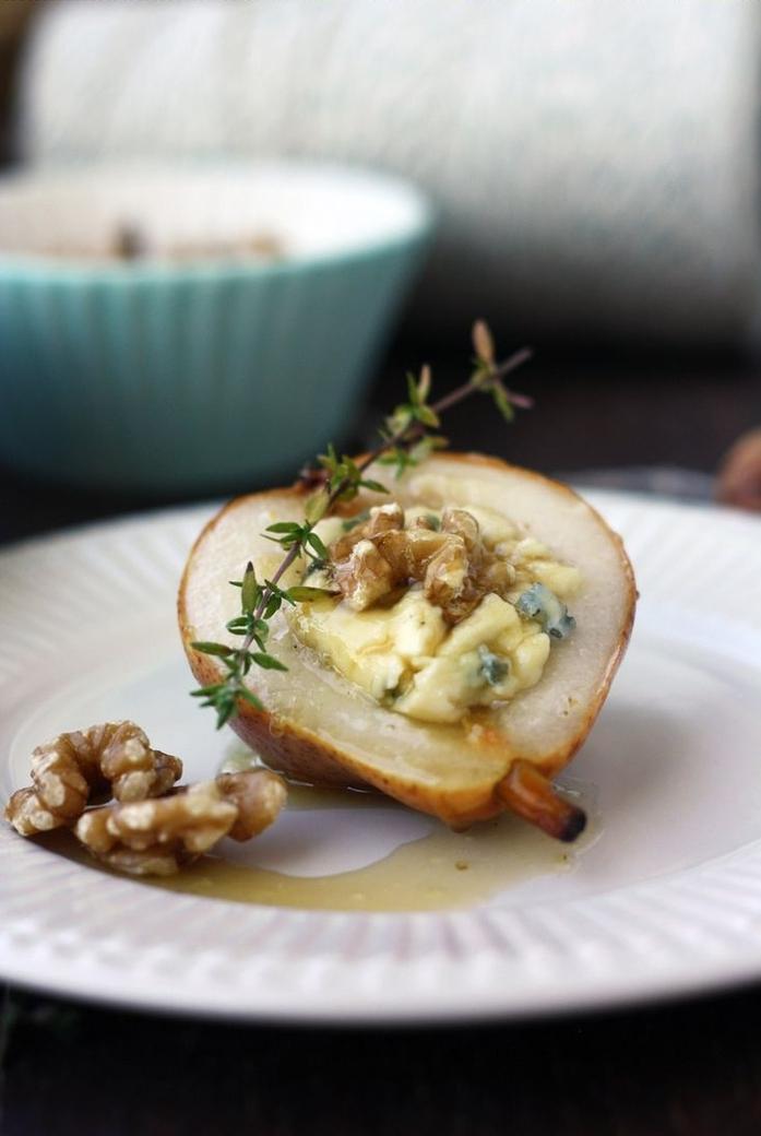 une idée apéro rapide pour un dessert délicieux et raffiné de poires rôties au gorgonzola et miel