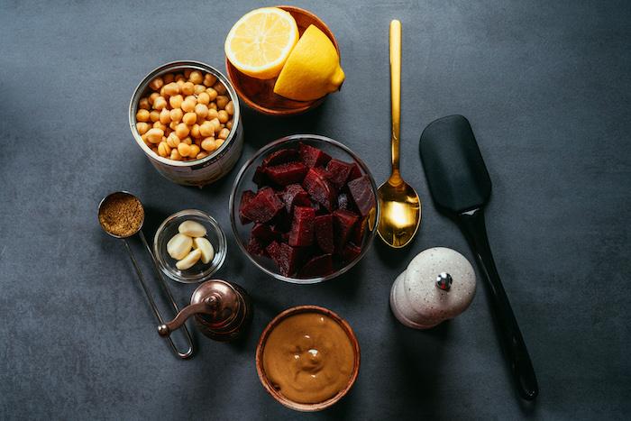 ingrédients nécessaire pour faire houmous betterave facile au pois chiche, betterave bouillie, tahini, ail, épices et jus de citron