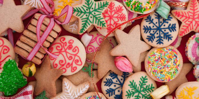 biscuit de noel recette, exemple de sablé à la cannelle et gingembre, pain d épices avec glaçage poche à douille, motifs de noel, flacons de neige coloré