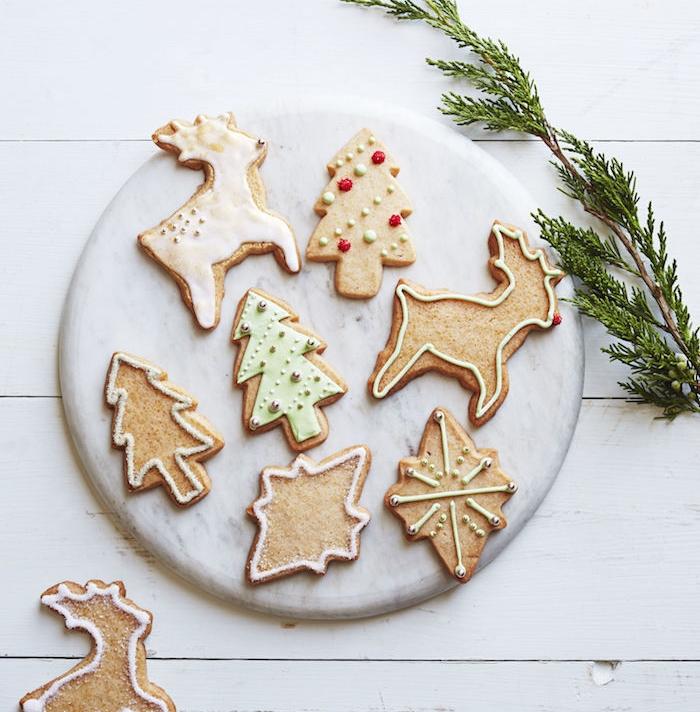 recette sablé de noel facile, biscuits pain d épices en cannelle et gingembre, avec decooration glaçage simple et billes colorés, formes renne rudolph, sapin de noel et étoiles