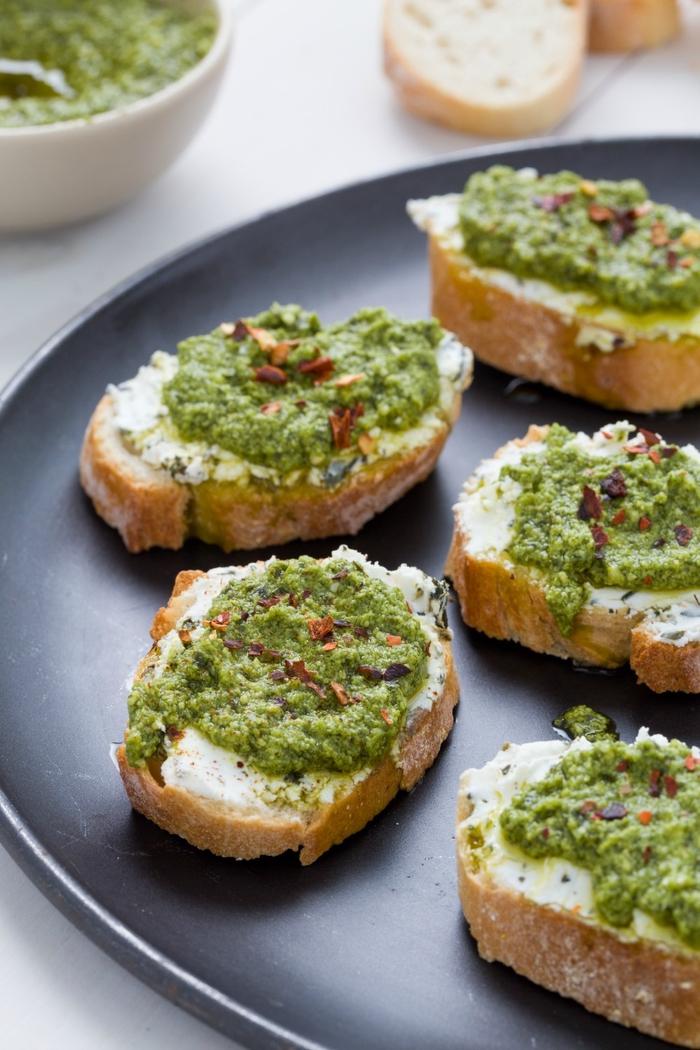 une recette végétarienne rapide pour des tartines à l'italienne à la ricotta et à la sauce pesto
