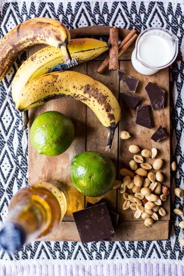 recette originale d'apéritif dinatoire exotique, des brochettes de bananes frites accompagnées de sauce au chocolat épicée à la mexicaine et saupoudrées de cacahuètes broyées