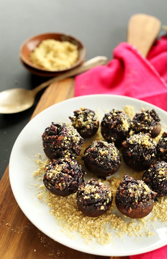 repas dinatoire vegan sans gluten de champignons farcis au riz noir, ail et parmesan végétal